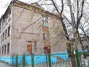 Школа-интернат выглядит закрытой, как крепость, но только не для ее воспитанников.