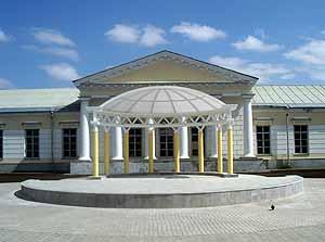 Пошлая псевдоклассическая полуротонда, по мнению семьи Волковых, более украшает площадь, чем гениальные пропорции портика дудинского Арсенала.