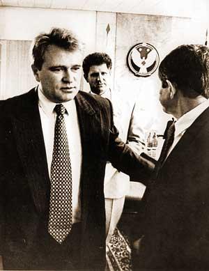 Председатель госкомимущества РФ г-н Беляев, председатель Госсовета УР г-н Волков и руководитель фонда имущества УР г-н Касихин только что уладили все вопросы - акции «Удмуртнефти» больше не принадлежат республике. Май 1995 года. Фото из архива «Д».